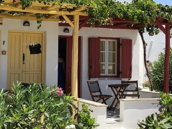 Stelida, Greece: Zimmer mit kleinem Sitzplatz mit Blick auf Garten und das Meer