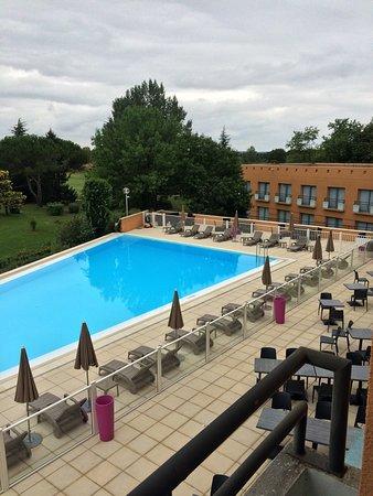 Seilh, France: Vues depuis la chambre 156 sur la terrasse piscine.