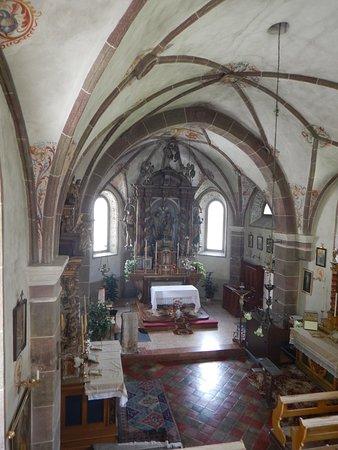 Chiesa di Andraz: veduta della chiesa e dell'altare maggiore