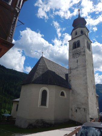 Chiesa di Andraz: veduta esterna della chiesa e del particolare campanile