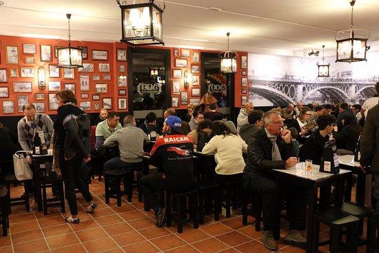Cerro Maggiore, Italy: Tavoli e sgabelli componibili per favorire l'aggregazione.  Si possono unire per gruppi da 4,8,1