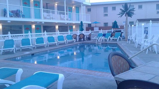 Aztec Resort Motel: Heated Pool with lounging area