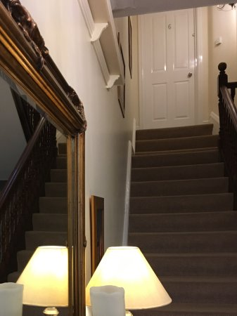 Melrose Guest House: Entrance / Stairs
