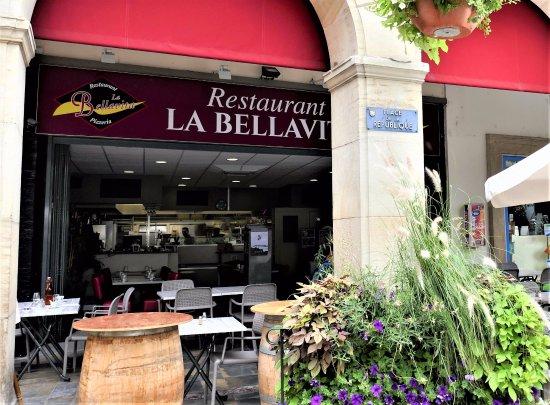 Limoux, France : Service en terrasse et à l'intérieur