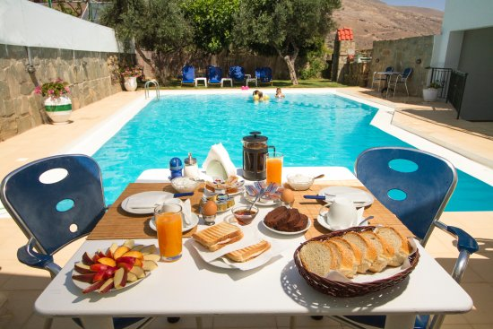 Kaliviani, Greece: Breakfast by the pool