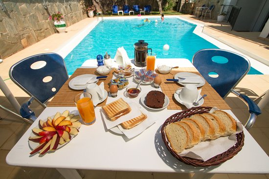 Kaliviani, Grecia: Breakfast by the pool