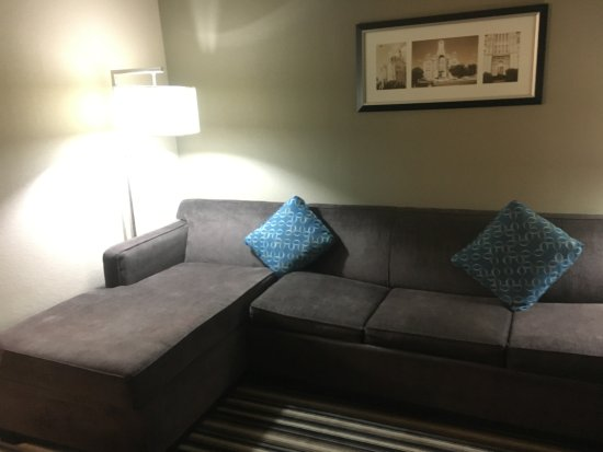 Comfort Suites Waco North: Living area in the suite