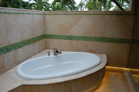 Бельмопан, Белиз: Private outdoor bathtubs and showers in the Casitas