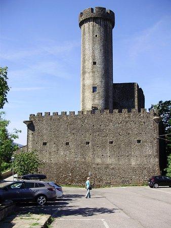 Villafranca in Lunigiana, Italy: Il castello visto dal parcheggio