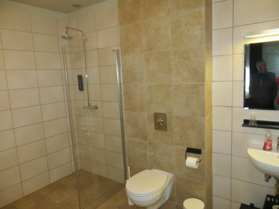 Borgarnes, Iceland: Handicapped/Wheelchair Accessible Room with huge bathroom