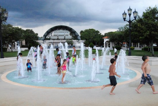 Cocoa, Flórida: as well as kid friendly 2--and yes that's an amphitheater in the rear