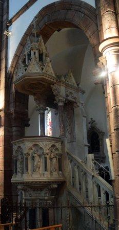 Espalion, Francia: la chaire, elle aussi en pierre du Poitou