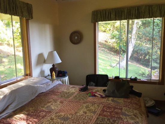 Lawai, Hawaï : the bedroom is surronded by lush greenery