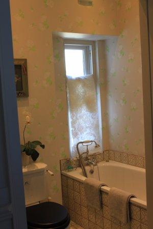 Kirkby Lonsdale, UK: Ensuite bathroom to The Panelled Bedroom