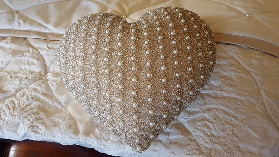 Carrigans, Ireland: Cuscino decorato/Pearl heart pillow
