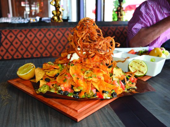 Montreal, Canadá: A volcano of a nachos topped with fried onions curls, absolute delight!