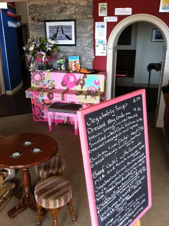 Kilbrittain, Ireland: Blackboard menu and Pink piano