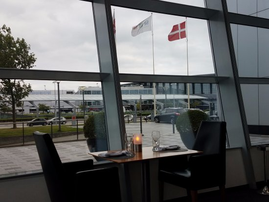 Kastrup, Dinamarca: Hotel Restaurant. Those flags are the entrance to the CPH airport.