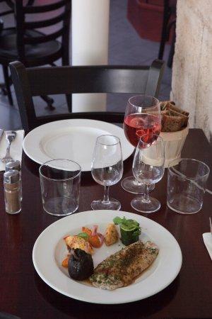 Gironde-sur-Dropt, France: Filet de dorade sébaste et son aubergine farcie