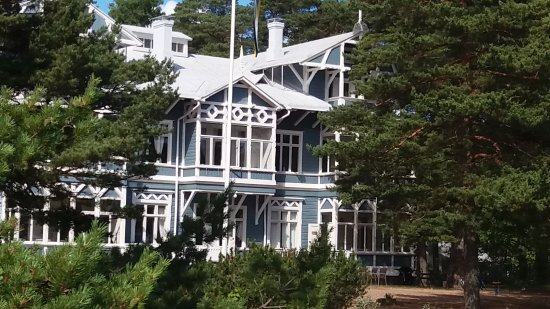 Hanko, Finlandia: Old pinetrees surround the villas and hotels next to the beach.
