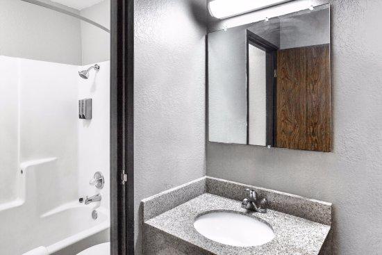 Sherman, TX: Guest Bathroom