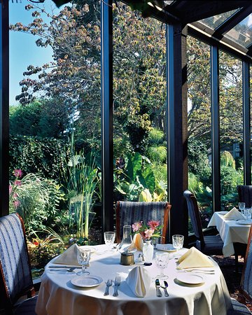 Dan'l Webster Inn & Spa: Sun and moonlit Conservatory for dining