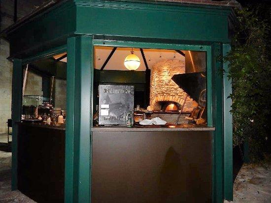 American Colony Hotel Arabesque Restaurant : Outdoor kiln where pizzas are prepared