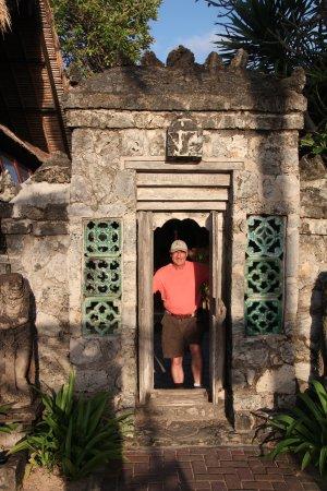 Tandjung Sari: Beach entrance to villa courtyard