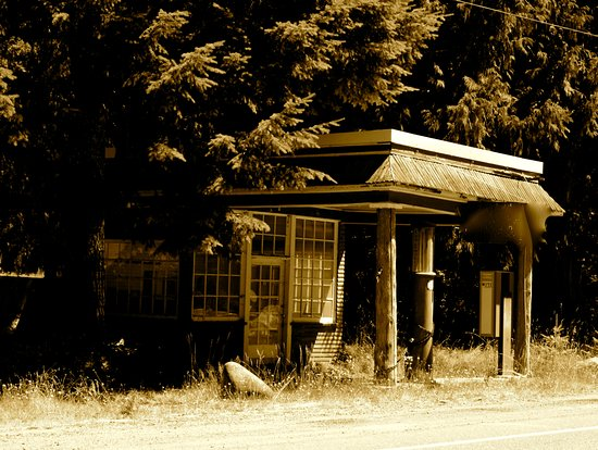Paradise Loop : AN old gas station at the entrance to Mt. Rainier.