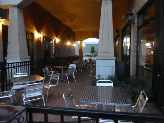 Saint Charles, IL: Outside dining area
