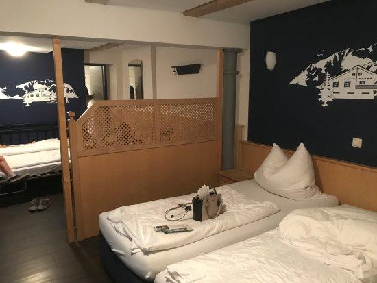 Stadthotel Augsburger Hof: cama de casal e dos meninos ao fundo