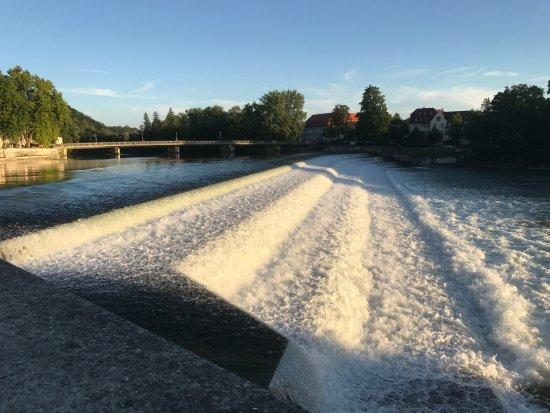 Stadthotel Augsburger Hof: calçadão do rio Lech