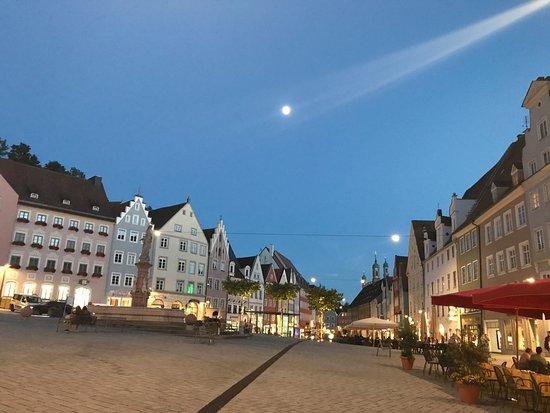Stadthotel Augsburger Hof: Centro histórico numa noite de verão e lua cheia