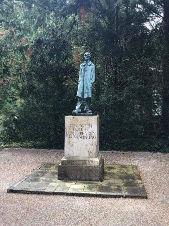 Dachau, Almanya: A statue on the grounds