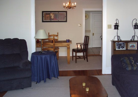 Bryn Mawr, PA: Living room in Suite A