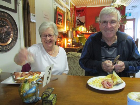 Esk, Australia: Happy diners - all day breakfast on the left