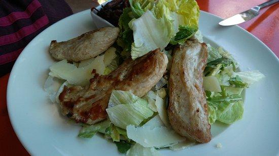 Seehaus Pilsensee: Salat wird deutlich schmackhafter, wenn man die veganen Bestandteile mit Fleisch ersetzt.