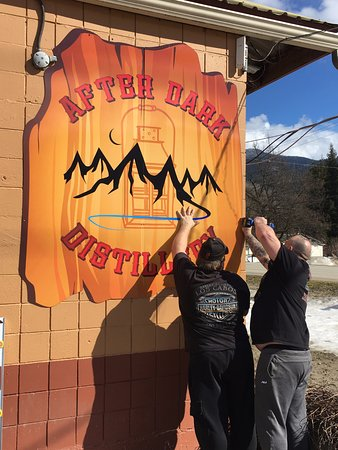 Sicamous, Canada : Putting up the sign