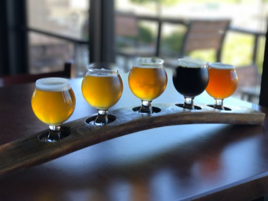 Fairfield, كاليفورنيا: Craft beer flights of any of our 20 beers on tap are available for only $14. (5oz. pours.)
