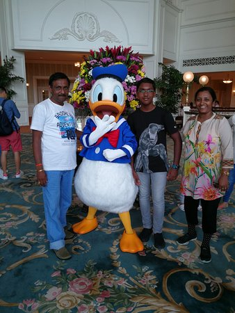 Hong Kong Disneyland Hotel : Pic with donald in the lobby
