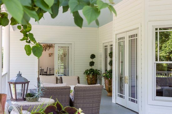 Fayetteville, AR: Relax on our extended porch
