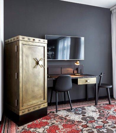 Opfikon, Switzerland: Deluxe Guest Room - Desk