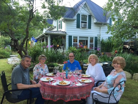 Gable Haus Country Inn & Linville Cottages: Dining alfresco with our hosts, Norma & Eric.