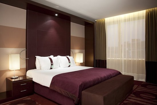 Holiday Inn Sofia: The King Suites offering a panoramic view over the adjacent Lake