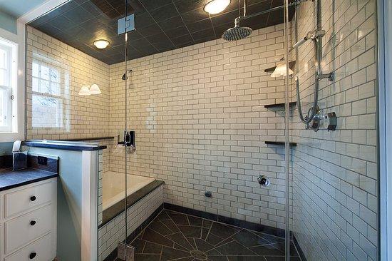 Warren, VT: Mountain room bathroom