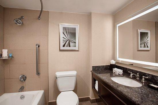 Crowne Plaza Los Angeles Harbor Hotel: Guest Bathroom