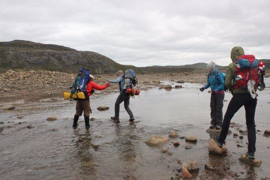Iqaluit, Canadá: Benoit helping us brave hikers across the stream