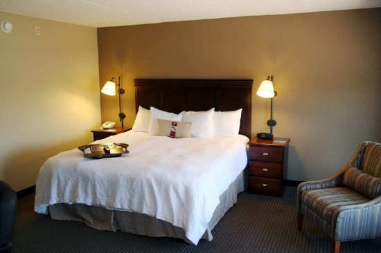 West Des Moines, IA: King Deluxe with Whirlpool