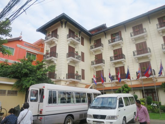 Steung Siemreap Thmey Hotel: Hotel (hotel 1) building with breakfast restaurant and outdoor swimming pool