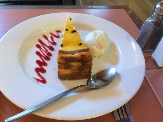 Olinda, Australië: The Passionfruit Cheesecake with fresh cream.